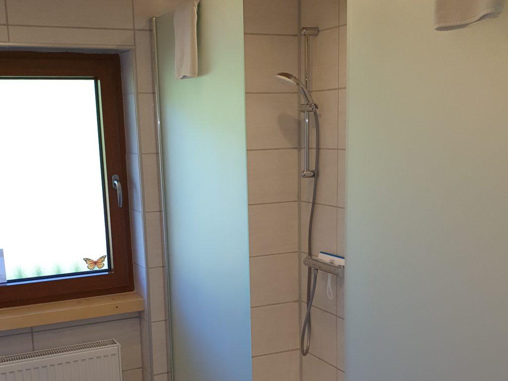 Badezimmer mit Doppeldusche 2